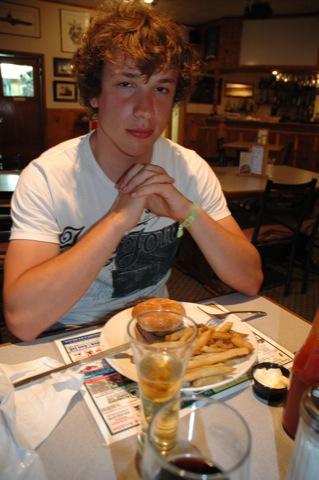 Lucas eet een Bizonburger